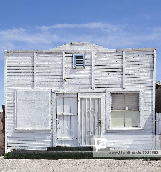 Außenaufnahme  Gebäude  gekalkt  alt