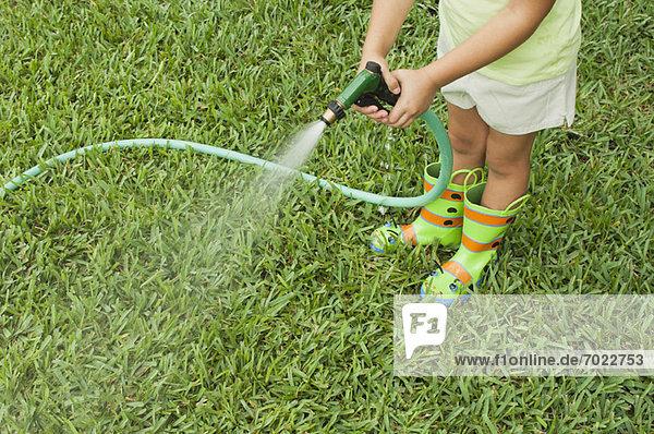Anschnitt  Wasser  Rasen  Garten  Mädchen