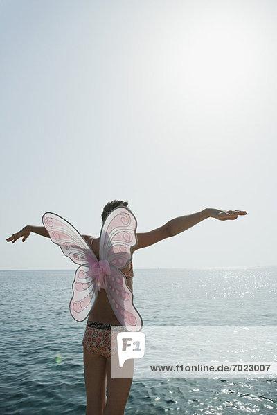 stehend  Bikini  Ozean  Schmetterling  Arme ausbreiten  Arme ausstrecken  Kleidung  strecken  Kostüm - Faschingskostüm  Mädchen