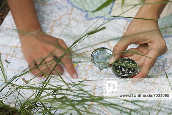 Anschnitt  Außenaufnahme  benutzen  Frau  Landkarte  Karte  Kompass  freie Natur Anschnitt ,Außenaufnahme ,benutzen ,Frau ,Landkarte, Karte ,Kompass ,freie Natur