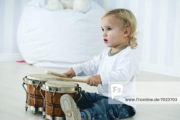 Baby Junge spielt Schlagzeug