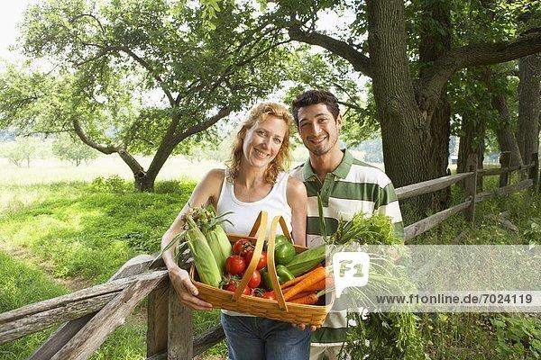 Portrait Frische Ehefrau Korb Gemüse Ehemann