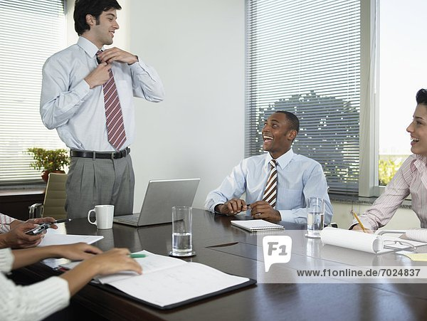 Businesspeople in Meeting lachen