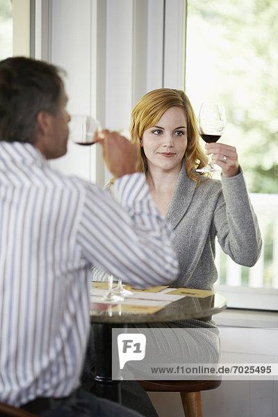 Frau  Mann  Fokus  Wein  Hintergrund  Verkostung  rot
