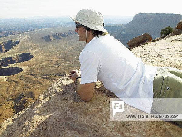 Felsbrocken  Mann  sehen  Steilküste  Mittelpunkt  Gestein  Erwachsener