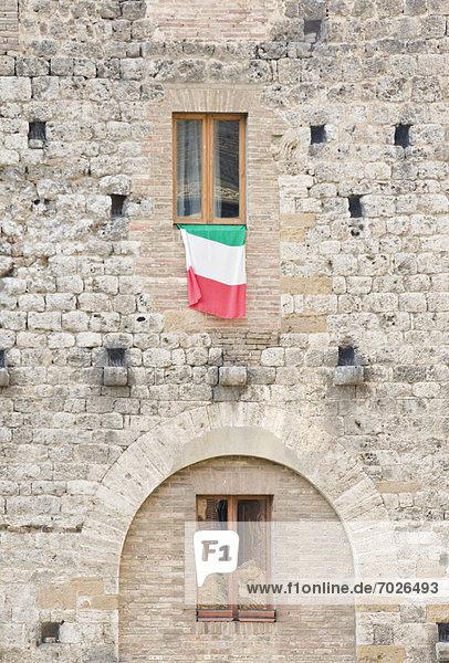 Mittelalter  fliegen  fliegt  fliegend  Flug  Flüge  Gebäude  Fahne  Italienisch