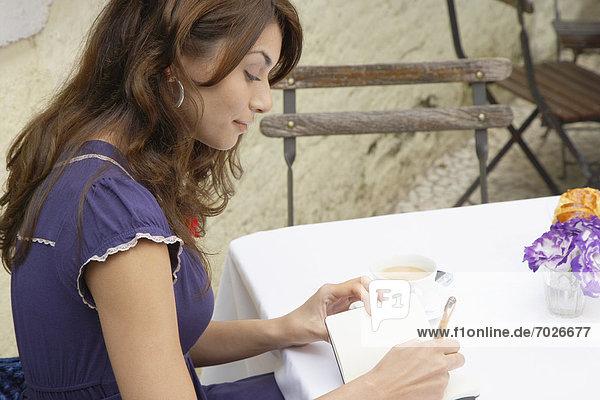 junge Frau junge Frauen schreiben Buch Taschenbuch
