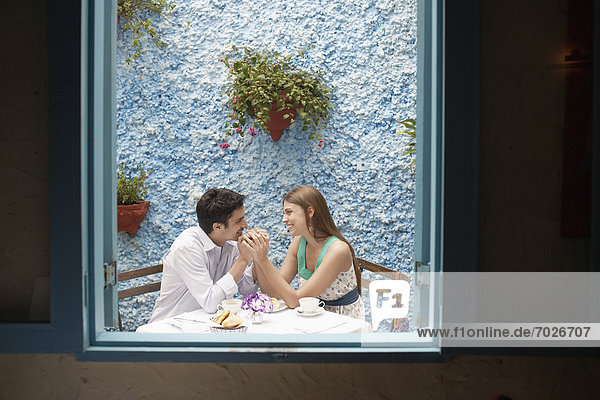 Paar hält hände im restaurant