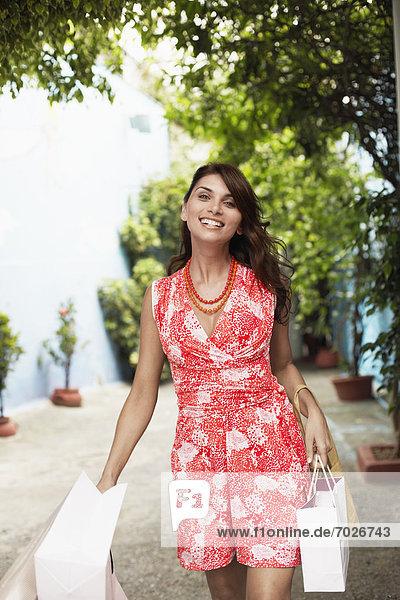 Frau  tragen  Tasche  kaufen  rot  Kleid