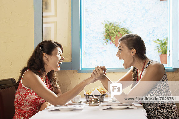 Frau  lachen  schreien  2  Tisch