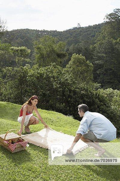 liegend  liegen  liegt  liegendes  liegender  liegende  daliegen  Decke  Picknick  Rasen  jung