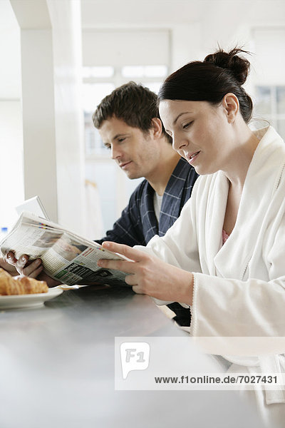 Mittelpunkt  Erwachsener  Frühstück  Zeitung  vorlesen