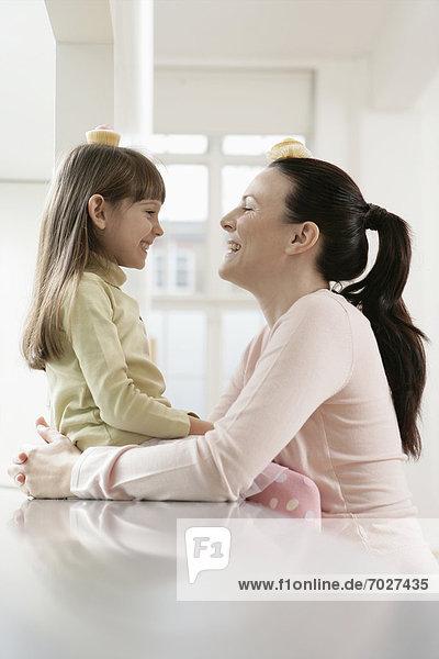 balancieren Kuchen Tochter Mutter - Mensch