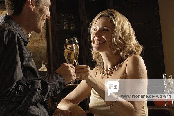 zuprosten  anstoßen  Mittelpunkt  Erwachsener  Champagner