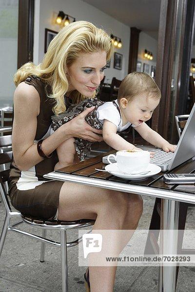 zeigen  Computer  Notebook  Mittelpunkt  Mädchen  Mutter - Mensch  Erwachsener  Baby