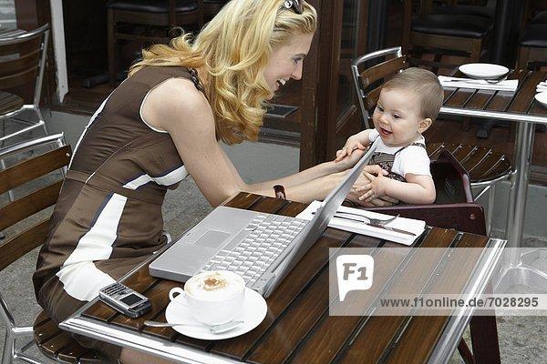 Frau  sprechen  Notebook  Mittelpunkt  Tochter  Erwachsener  Baby