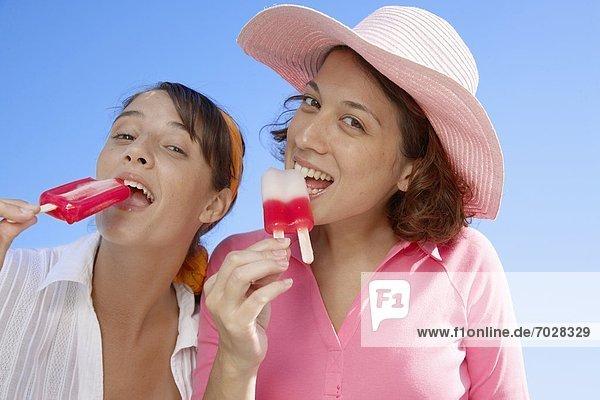 niedrig  Frau  Eis  Lutscher  Ansicht  2  jung  Flachwinkelansicht  essen  essend  isst  Winkel