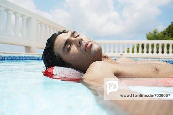 liegend liegen liegt liegendes liegender liegende daliegen Mann Himmel jung Schwimmbad Matratze