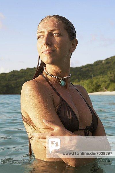 Vereinigte Staaten von Amerika  USA  stehend  Frau  Ozean  Mittelpunkt  Amerikanische Jungferninseln  Erwachsener