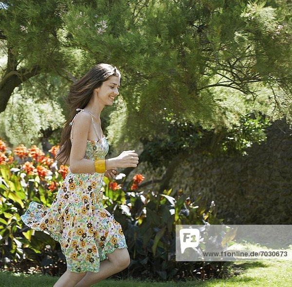 Frau  rennen  Garten  2  jung