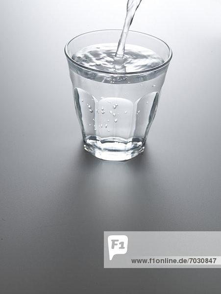 Wasser  Glas  eingießen  einschenken