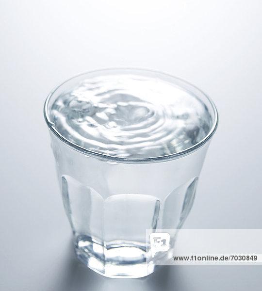 Wasser  fallen  fallend  fällt  Glas  Wassertropfen  Tropfen  voll