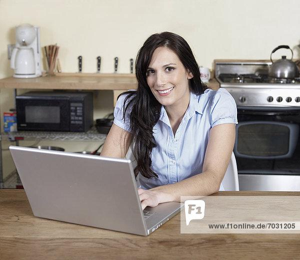 benutzen , Frau , Notebook , Küche , Erwachsener Mittleren Alters,  Erwachsene Mittleren Alters