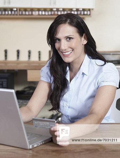 Frau  Internet  kaufen  Erwachsener Mittleren Alters  Erwachsene Mittleren Alters