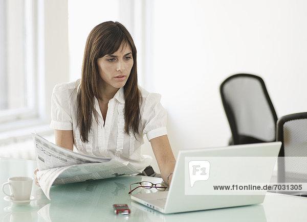 benutzen  Geschäftsfrau  Notebook  Zeitung