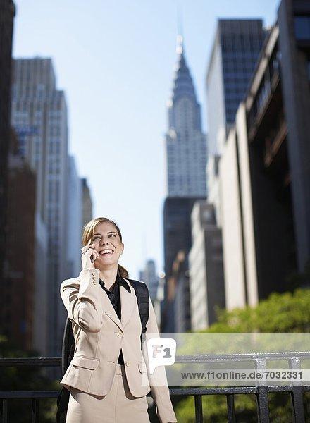 Handy  Geschäftsfrau  Hochhaus  Erwachsener Mittleren Alters  Erwachsene Mittleren Alters