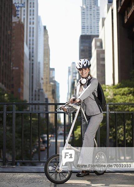 Geschäftsfrau  Erwachsener Mittleren Alters  Erwachsene Mittleren Alters  Fahrrad  Rad