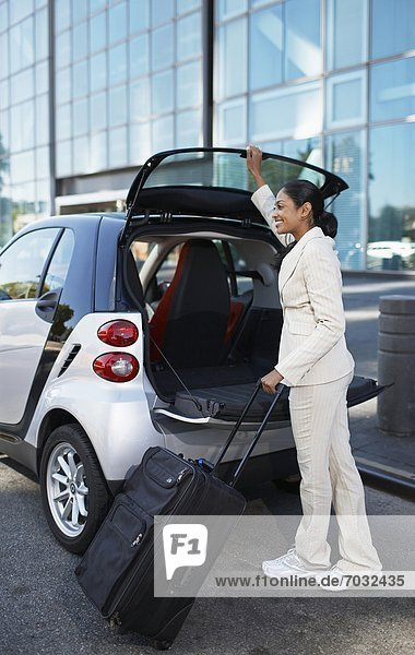 Geschäftsfrau  Auto  abladen  schlau