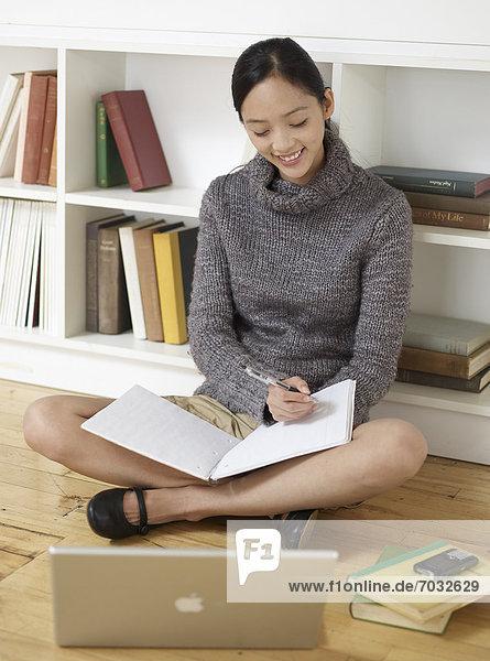 Frau schreiben Buch Notizblock Mittelpunkt Erwachsener Notebook vorlesen