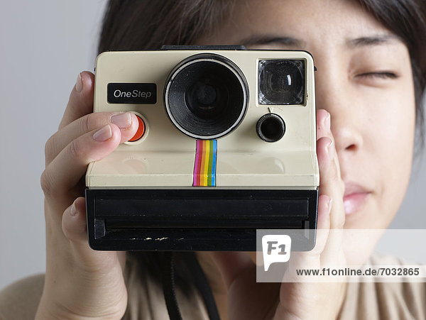 Close-up der Frau mit Instant-Kamera
