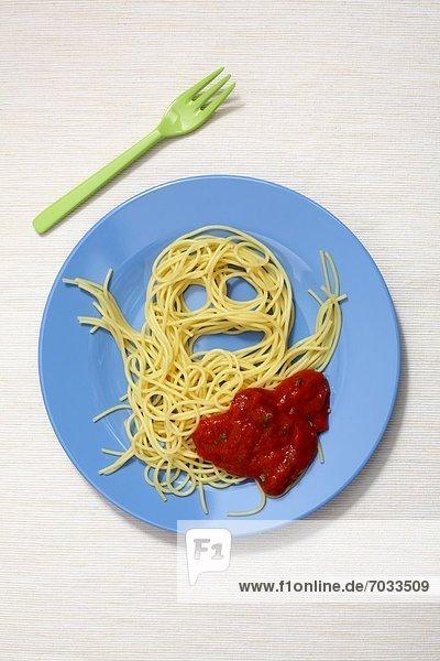 Sgaghetti mit Tomatensoße in Form eines Geistes auf Kinderteller