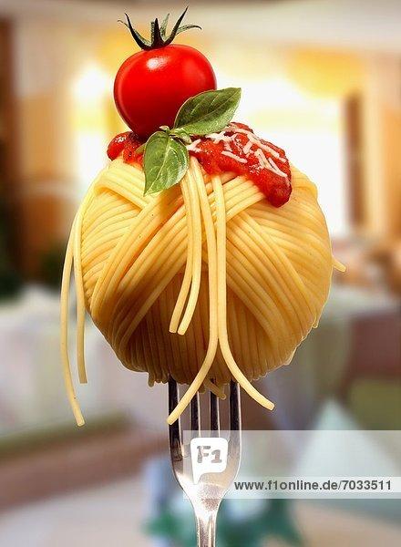 Spaghetti mit Tomatensoße auf einer Gabel Spaghetti mit Tomatensoße auf einer Gabel
