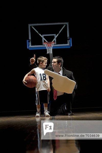 stehend Fröhlichkeit sehen Junge - Person Menschlicher Vater Basketball jung Gericht