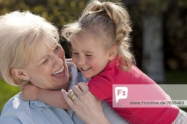 Außenaufnahme  Portrait  Enkeltochter  Großmutter  freie Natur