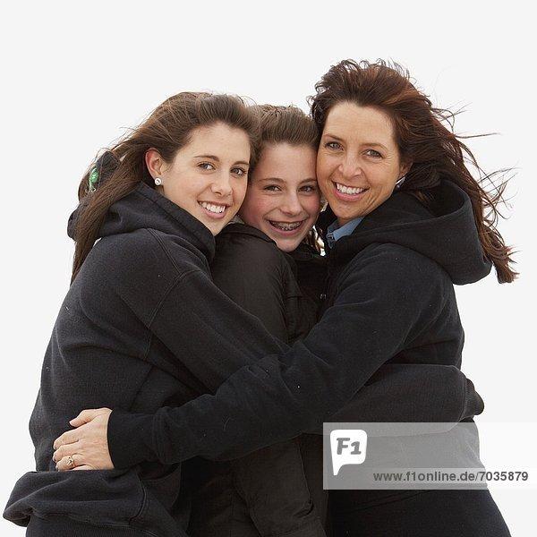 Außenaufnahme  Portrait  umarmen  Tochter  Mutter - Mensch  freie Natur