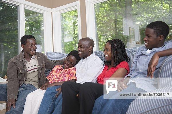 Zusammenhalt  Fröhlichkeit  amerikanisch  Couch