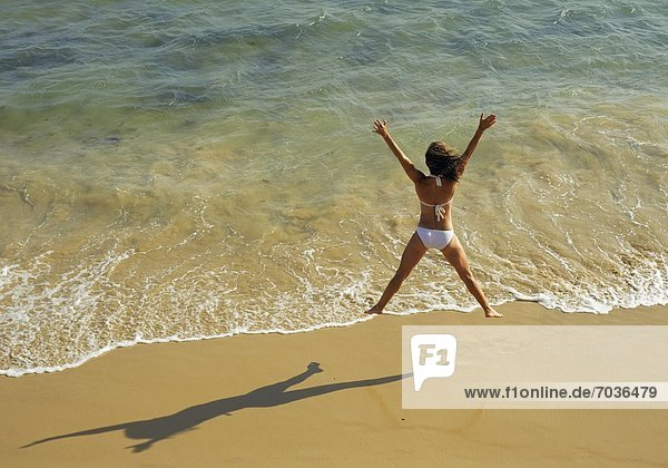 Frau Fröhlichkeit Strand springen