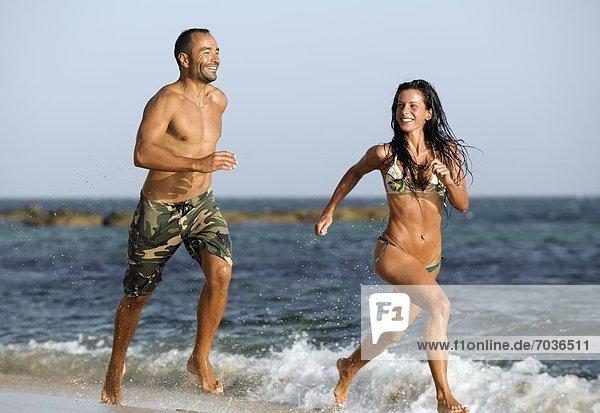 Zusammenhalt Strand rennen