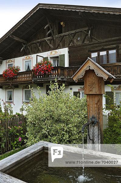 Europa Wohnhaus Garten Ziehbrunnen Brunnen Garmisch Partenkirchen Bayern Deutschland
