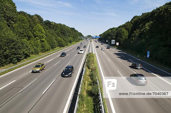 Blick von AB-Brücke auf Autobahn A96 bei München-Laim mit ruhigem Verkehr  München  Bayern  Deutschland  Europa  ÖffentlicherGrund