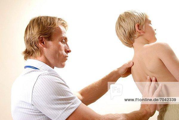 jung  Untersuchung  Kinderarzt