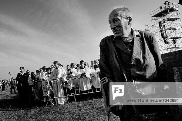 sehen  geben  offen  Tschechische Republik  Tschechien  Himmel  1  Unterarmgehstütze  folgen  katholisch  alt  Wallfahrt  Papst