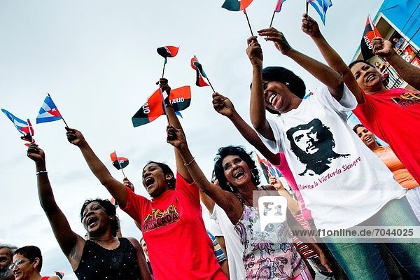 Frau  Fest  festlich  Bruder  Unterstützung  Fahne  Jubiläum  Kuba  kubanisch  Wasserwelle  Welle