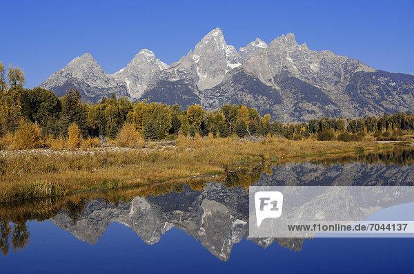 Teton Range spiegelt sich im Snake River  Grand Teton Nationalpark  Wyoming  USA