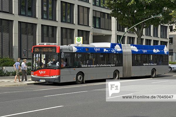 Passagiere an Bord eines Hybrid-Busses  Düsseldorf  Nordrhein-Westfalen  Deutschland  Europa