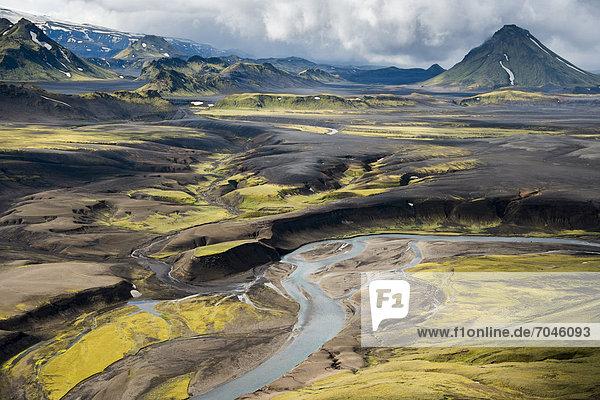 Luftaufnahme  mit Moos bewachsene Berge  Fluss  Hochland  Island  Europa
